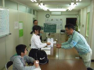 東江と渡嘉敷さんの名刺交換